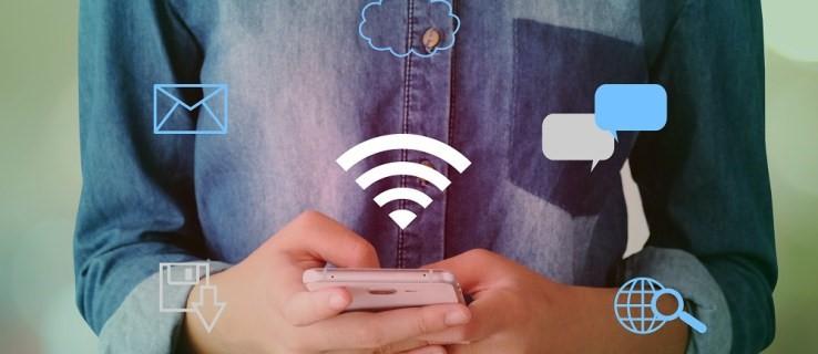 Foto de hombre usando un dispositivo móvil